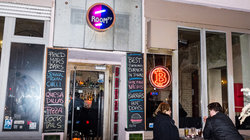 Blick auf die Burgerbar Room 77, im sogenannten Bitcoinkiez in Berlin-Kreuzberg auf der Graefestrasse. Hier kann man seine Rechnung mit Bitcoins bezahlen