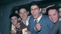 """Ein Bild aus dem Jahr 1961: Italienische """"Gastarbeiter"""" kommen in Deutschland an. So nannte man sie, weil man dachte, sie würden alle irgendwann nach Italien zurück gehen"""