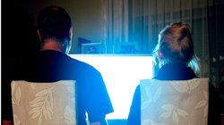 Zwei Menschen schauen TV