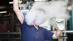 Mann verschwindet hinter Nebel; Foto: Kevin Fuchs