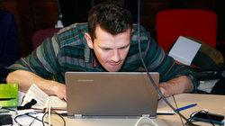 Mann hängt über Laptop