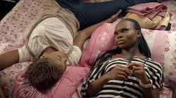 Zwei Frauen liegen auf einem Bett