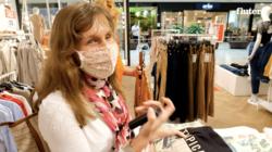 Eine junge blinde Frau beim Shoppen