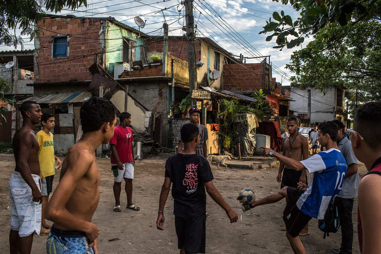Straßenfußball in eine Favela in Rio de Janeiro, die für die Olympischen Spiele abgerissen worden ist (Foto: MAURICIO LIMA/NYT/Redux/laif)