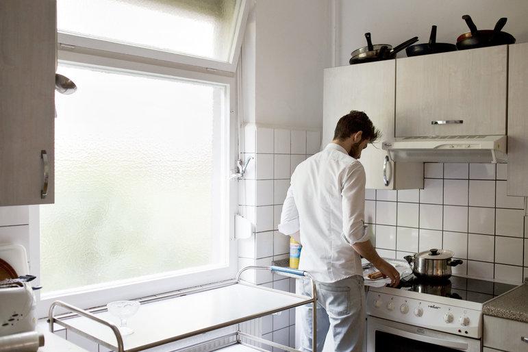 Dank Deaa ist die Küche der Volkssolidarität wieder voll funktionstüchtig: Er hat vor kurzem die Spülmaschine repariert. (Foto: Johannes Heinke)