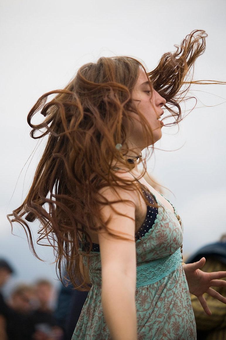 Tanzende Festivalbesucherin mit wehendem Haar