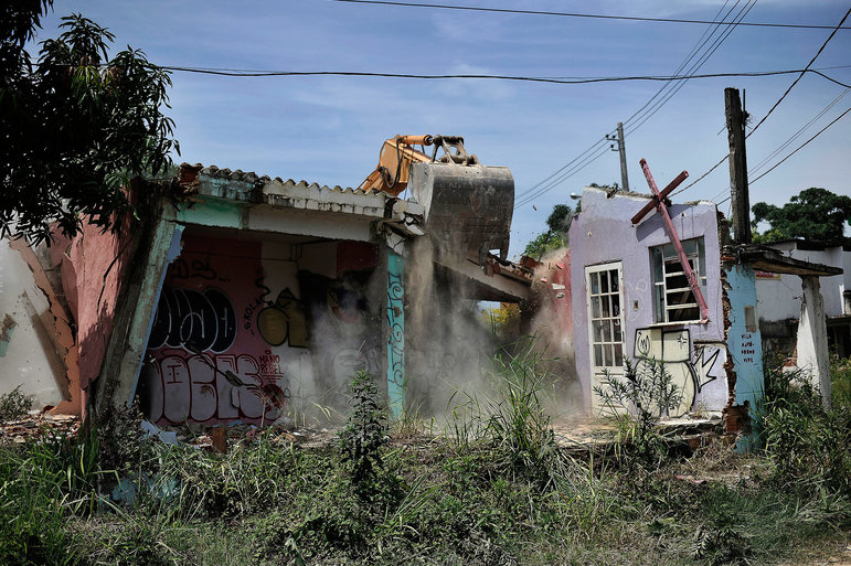 Bagger reißt ein Gebäude ab in einer Favela in Rio de Janeiro, die für die Olympiade weichen muss (Foto: Fabio Teixeira/Polaris/laif)