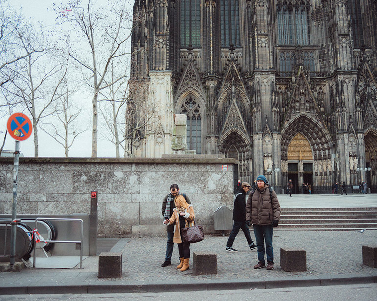 Aziz mit seiner Frau Lama vor dem Kölner Dom (Foto: Christian Protte)