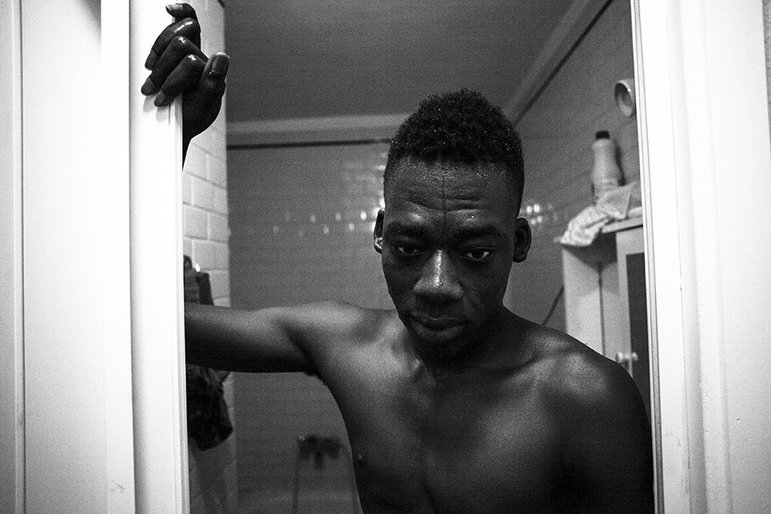 Ein Porträt von Malick, der hier gerade aus der Dusche kommt
