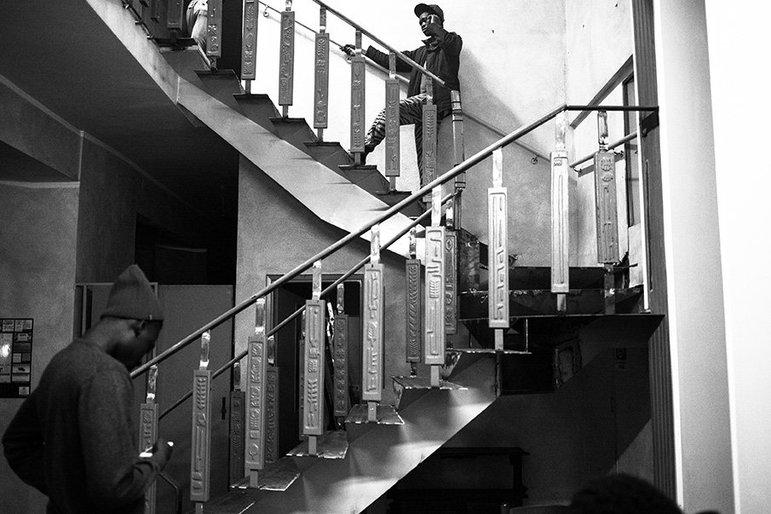 Die Bewohner einer Flüchtlingsunterkunft in einem Treppenhaus