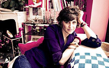 Inès de la Fressange im Büro des Modeschöpfers Roger Vivier in Paris (Foto: Benoît Peverelli)