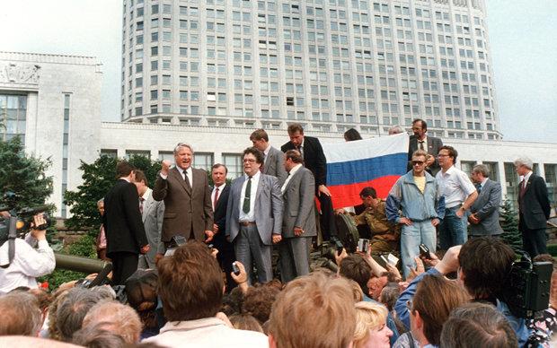Eine Schlüsselszene: Der Präsident der Teilrepublik Russland, Boris Jelzin, solidarisiert sich vor seinem Amtssitz mit Demonstranten, die gegen den Putsch protestieren (Foto: Tess)