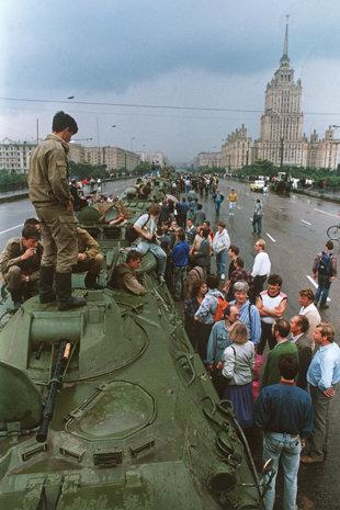 Tausende protestieren auf Moskaus Straßen gegen den Putsch. Große Teile der Armee weigern sich, gegen sie vorzugehen (Foto: AFP)
