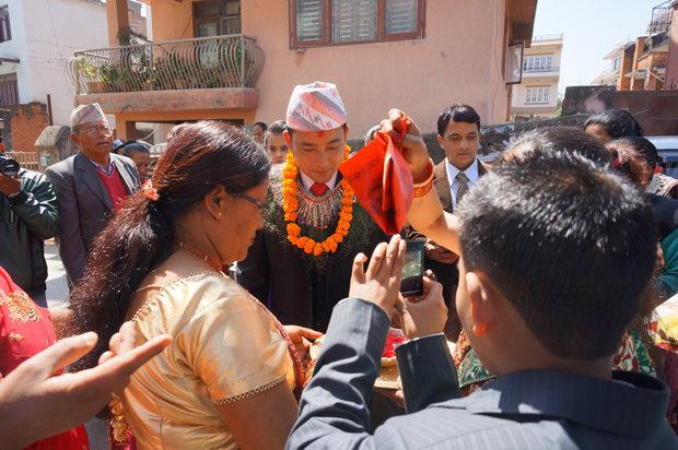 Wenn der Bräutigam mitsamt seiner Familie und Freunden eintrifft, ist das Hochzeitsspektakel eröffnet (Foto: Simone Utler)