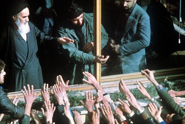 Dem iranischen Revolutionsführer Ayatollah Ruhollah Khomeini wird am 1. Februar 1979 in Teheran nach seiner Rückkehr aus 15jährigem Exil in Frankreich von seinen Anhängern ein triumphaler Empfang bereitet (Foto: picture alliance)