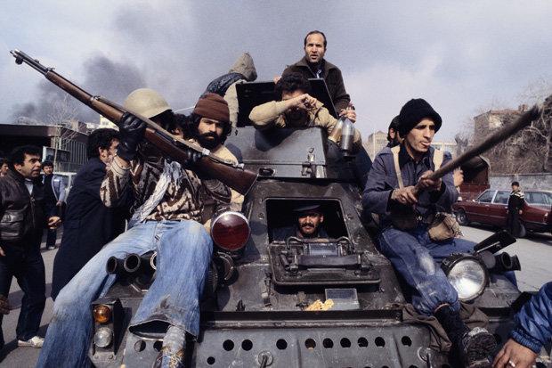 Februar 1979: Nach Khomeinis Rückkehr fahren seine Unterstützer auf einem Panzer durch Teheran (Foto: corbis)