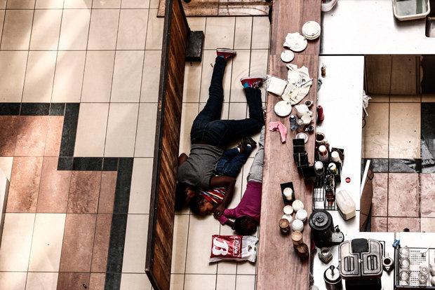 Terror in Kenias Hauptstadt Nairobi: Eine Familie sucht in der Westgate-Shopping-Mall hinter einem Verkaufstresen Schutz (Foto: Tyler Hicks / The New York Times)