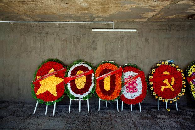 Gedenkinszenierung: Kommunistische Blumengestecke am Friedhof Hang Duong (Foto: Kevin German/luceo/laif)