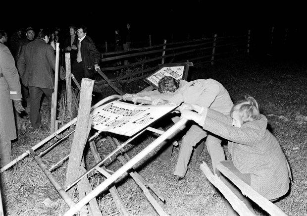 Oktober 1972: Mehrere hundert Kärntner beteiigen sich am Ortstafelsturm (Foto: picture-alliance/APA)
