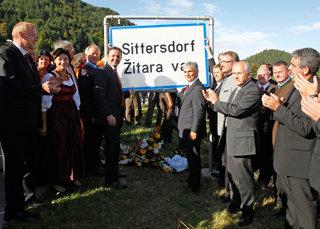 August 2011: Sogar der österreichische Kanzler kommt zur Montage der Ortstafel in Sittersdorf / Zitara vas (Foto: Gert Eggenberger)