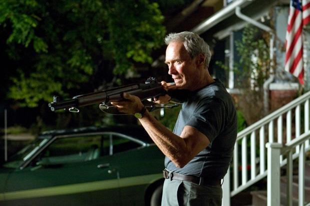 Clint Eastwood als Koreakriegsveteran Walt Kowalski, der einen Autodieb von seinem Grundstück verjagt (Foto: Warner Bros/dpa)