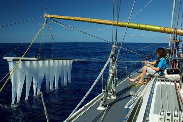Mit Riesenfangarmen die Meere retten: Boyan Slat auf Reinigungsmission (foto: Caroline Scharff/laif)