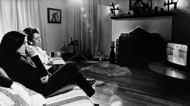 Kriegsschauplatz Couch: Die Mutter und die Schwester des Kriegsgefangenen Soledad Alvarez verfolgen eine Ansprache von US-Präsident Nixon zum Vietnamkrieg (Foto: picture-alliance / akg-images)