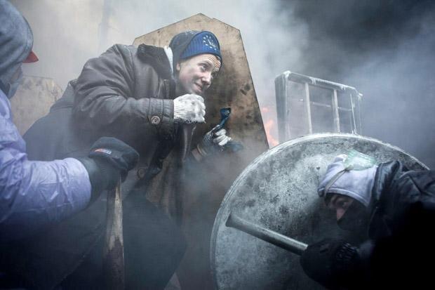Auf dem Maidan in Kiew schützen sich Demonstranten mit selbst gebastelten Schildern gegen das hochgerüstete Militär (Foto: Florian Bachmeier)