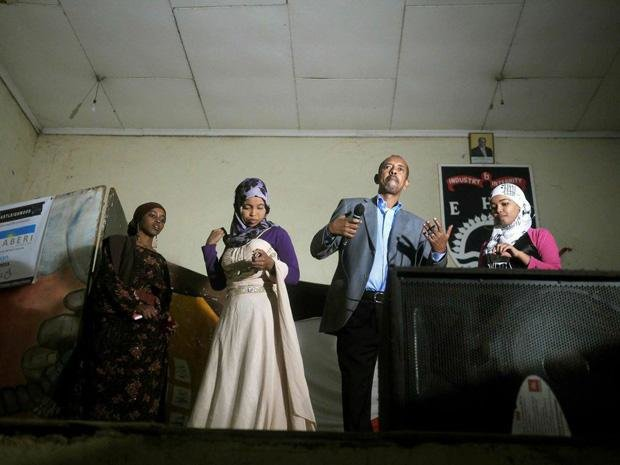 Qaali Ladan (ganz links) ist schon ein kleiner Star geworden. Zu ihren Auftritten kommen Hunderte – darunter viele Jugendliche, die ebenfalls Künstler werden wollen  (Foto: Dai Kurokawa/dpa)