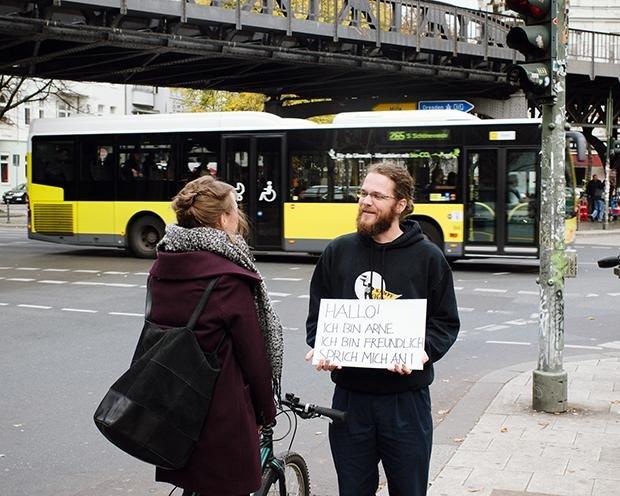 Samstagnachmittag, ich stelle mich auf eine belebte Straße in Berlin-Kreuzberg, schaue jede Person aufmerksam an, die mir über den Weg läuft, und hoffe, dass ich angesprochen werde.