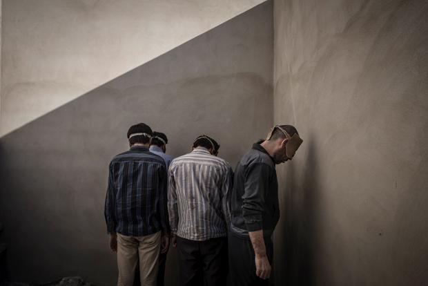 """""""Die Menschen dort werden geschlagen, getreten, vergewaltigt. Es finden Aufhängungen an Armen und Beinen statt, Scheinhinrichtungen werden durchgeführt"""" ( Foto: Sergey Ponomarev/Laif)"""