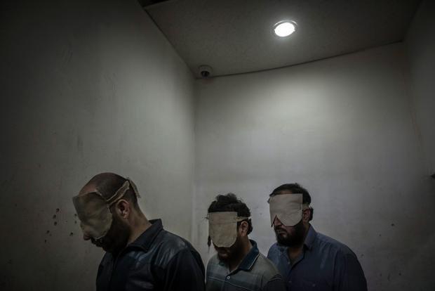 Verhaftete Oppositionelle 2013 in einem Gefängnis in Damaskus – Sie werden beschuldigt, Autobomben gebaut zu haben ( Foto: Sergey Ponomarev/Laif)