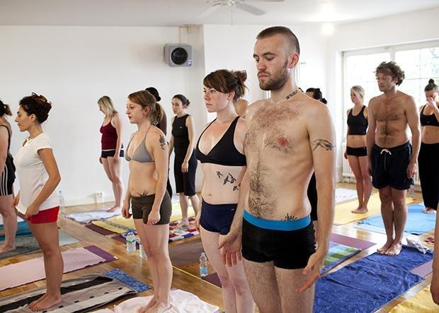 Tattoos sind in der Mitte der Gesellschaft angekommen. Genau wie Yoga (Foto: Jörg Brüggemann/Ostkreuz)