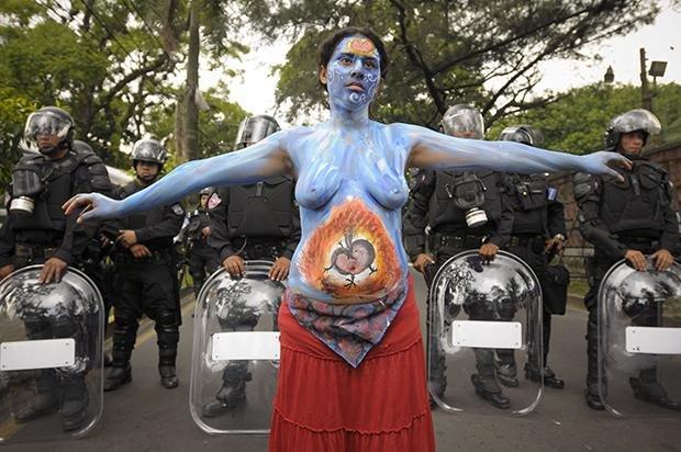 Auf den Straßen der Hauptstadt San Salvador demonstriert die Aktivistin einer Frauenorganisation dafür, Schwangerschaftsabbruch endlich zu entkriminalisieren (Foto: EPA/Roberto Escobar/picture-alliance/dpa)