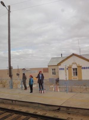 Die Wüste Gobi lebt: Zumindest hier auf diesem Bahnsteig war ein bisschen was los