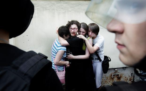 Blutiger Überfall: In St. Petersburg wird im Sommer 2013 eine Gay-Pride-Demonstration von Homo-Gegnern attackiert (Foto: Mads Nissen/laif)