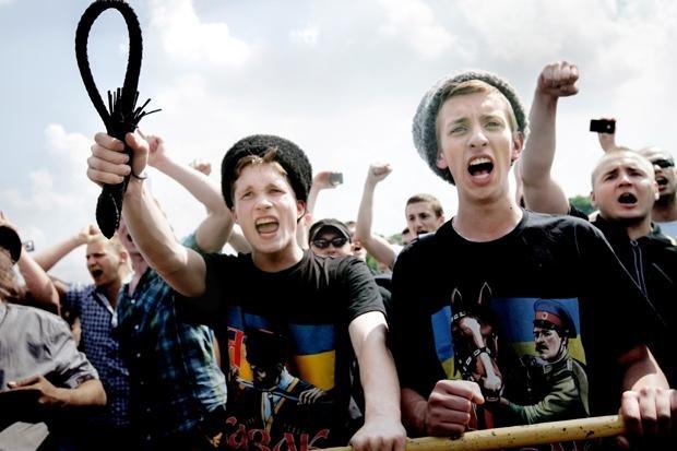 Peitsche schwingen gegen Schwule und Lesben: Homo-Gegner 2013 in St. Petersburg (Foto: Mads Nissen/laif)