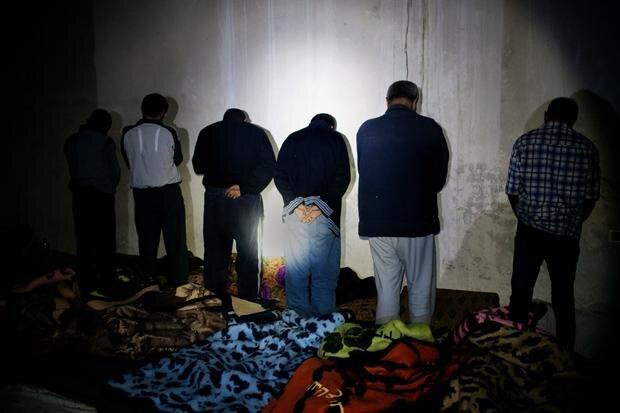 Häftlinge, die im Keller des Gerichtsgebäudes festgehalten werden (Foto: Patrick Tombola/laif)