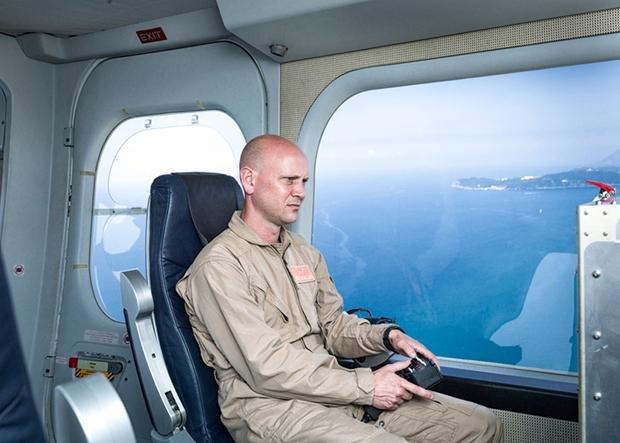 """Operator einer Hochleistungsüberwachungskamera in einem Zeppelin – Forschungsprojekt im Rahmen von """"Eurosur"""" (European External Border Surveillance System) nahe Toulon in Südfrankreich, Juli 2013 (Foto: Julian Röder)"""
