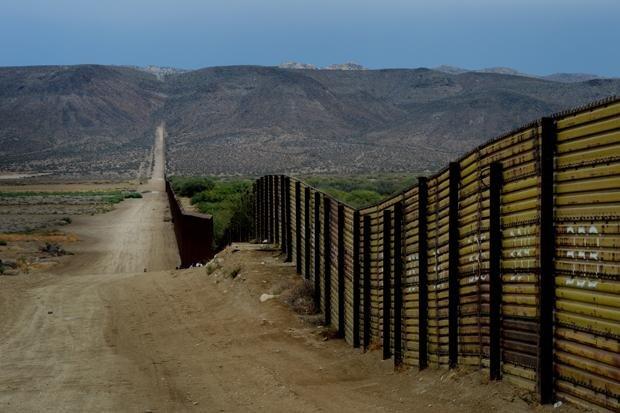 Der rund 1.100 Kilometer lange Grenzzaun ist bis zu vier Meter hoch