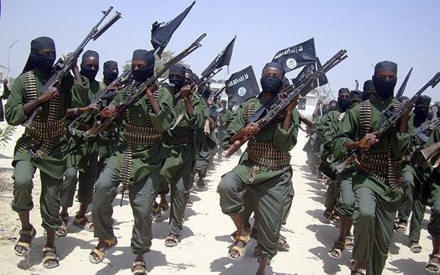 Terrorgruppe: Al-Shabaab-Milizionäre marschieren 2011 in einem Vorort der somalischen Hauptstadt Mogadischu auf. (Foto: picture-alliance/AP Photo)