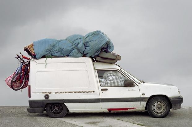 """""""Kathedralenautos"""" – So nennen die Hafenarbeiter von Marseille wegen der hoch aufgetürmten Gepäckstücke auf dem Dach die Autos, die mit den Fähren aus Nordafrika nach Frankreich kommen (Foto:Thomas Mailaender)"""
