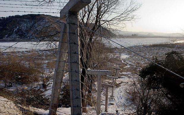 Eine Grenze, doch für Lucia Jang keine unüberwindbare: Der Tumin-Fluss von China aus betrachtet (Foto: Stephen Foot)