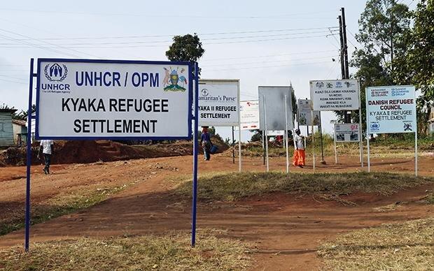 Schilderwald der Hilfsorganisationen: Die Einfahrt zu dem Flüchtlingslager in Uganda. Foto: © Ulrike Krause, all rights reserved (Foto: Ulrike Krause, all rights reserved)