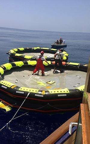 Trifft die MS Sea Watch auf ein sinkendes Flüchtlingsschiff, hat sie Rettungsinseln an Bord