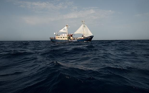 Eine Art schwimmende Notrufsäule. Die MS Sea Watch kreuzt im Mittelmeer, um in Seenot geratenen Flüchtlingen Erste Hilfe zu leisten