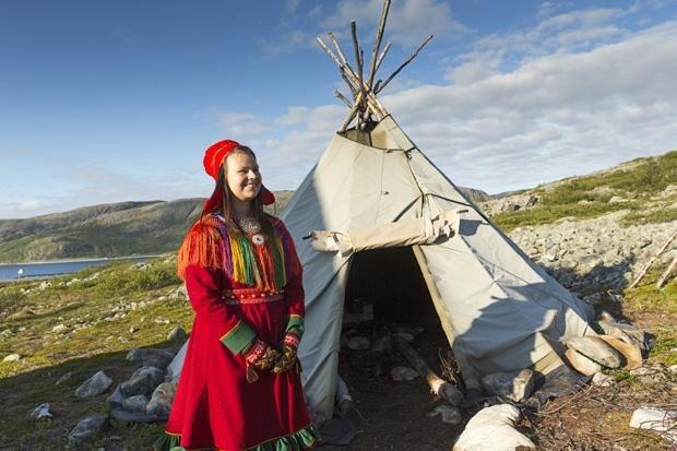 Geht gar nicht: Die Sámi sehen es nicht gern, dass Souvenirshops ihre Trachten verkaufen (Foto: Gerald Haene/laif)