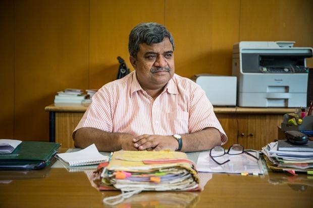Shri Nidhi ist bei der Stadtverwaltung zuständig für die Räumung von Slums. Er sagt, dass er deren Bewohner in Zukunft womöglich auch mal darüber abstimmen lassen wird, was mit ihrer Siedlung geschieht (Enrico Fabian)