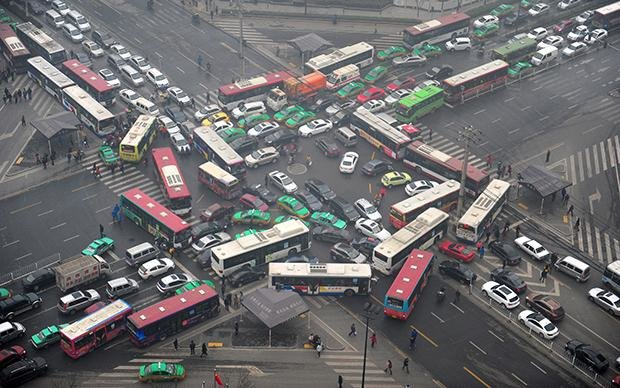 Weil es mit Chinas Wirtschaft in den letzten Jahrzehnten ziemlich voran gegangen ist, herrscht auf den Straßen dort inzwischen oft nur noch Stillstand – selbst in Städten wie Xi'an, die hier kaum einer kennt (Foto: Getty Images)