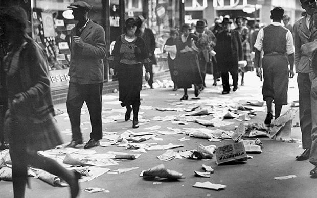 """""""Man geht in Berlin nicht spazieren. Dazu hat man keine Zeit."""" – schrieb Franz Hessel. Hier sieht man Passanten am Alexanderplatz. Der Boden ist bedeckt mit Wahlwerbung zur Reichstagswahl (Foto: © ullsteinbild)"""
